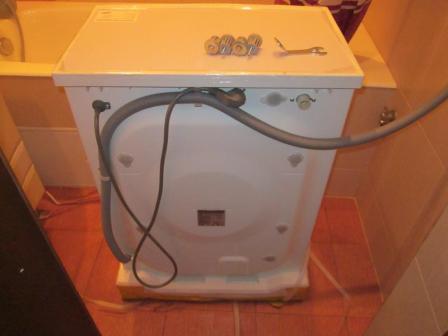 Устанавливаем стиральную машину по уровню и переходим к подключению