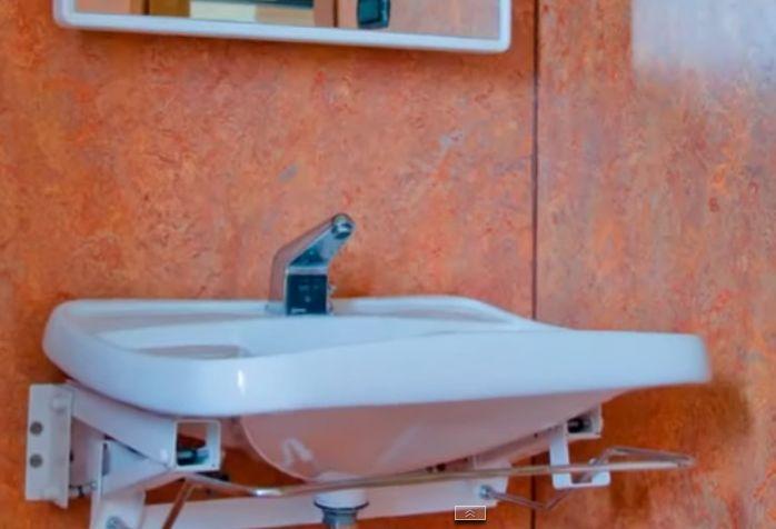 Стены ванной комнаты, отделанные линолеумом