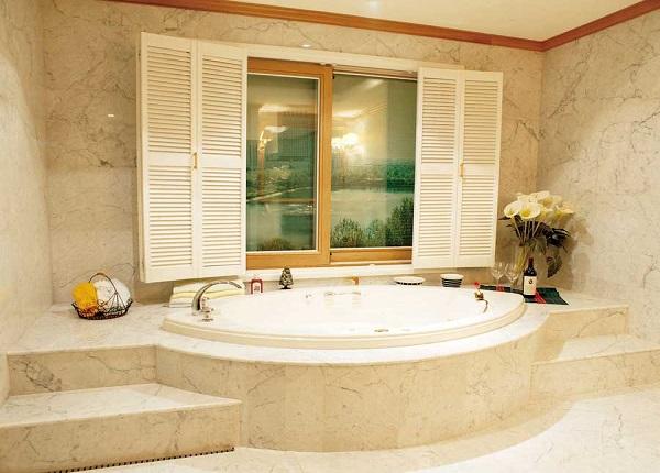 Фальш-окно в ванной комнате