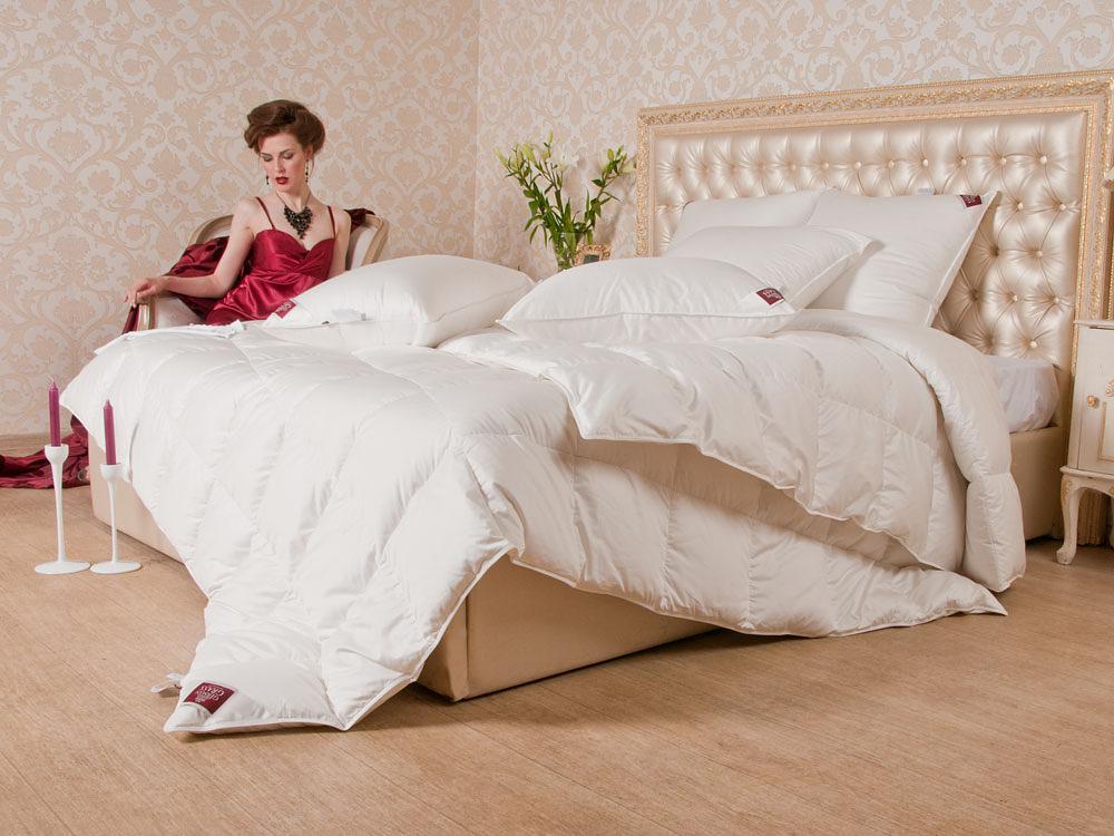 Девушка в комнате с кроватью