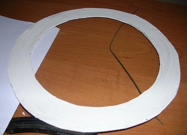 Картонная основа для венка из газетных трубочек