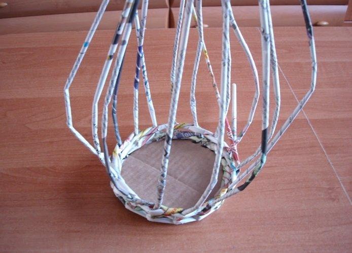 Плетение нижнего ряда корзинки из газетных трубочек