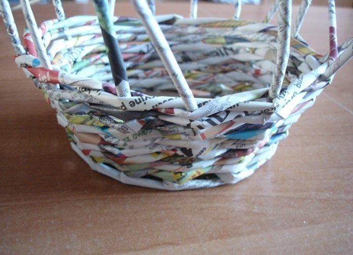 Плетение стенок корзинки из газетных трубочек