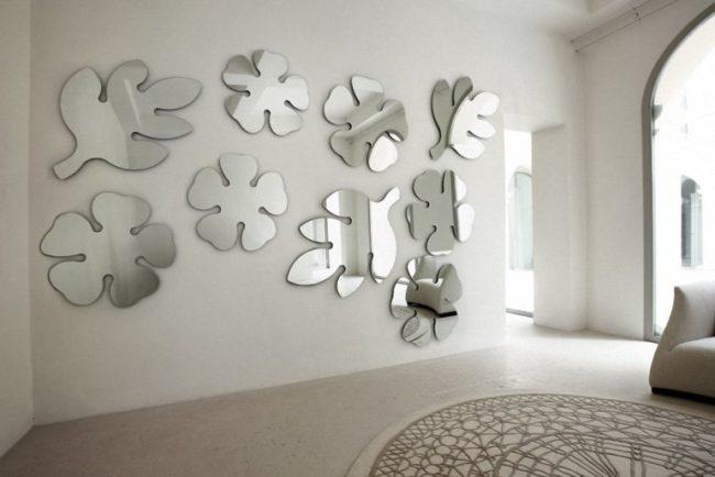 Декор стены зеркалами