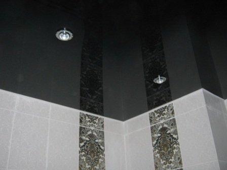 оригинальные решения для натяжных потолков в ванной