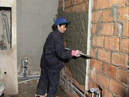 Выравнивание стен в ванной при помощи штукатурки