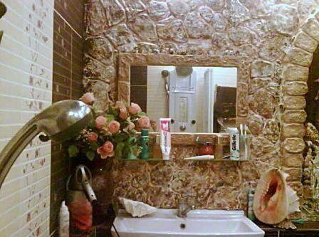 Помещение ванной комнаты, отделанной камнем - неотразимый дизайн для практичных людей