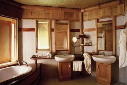 Богатый и современный дизайн ванной комнаты под дерево и дополнительные элементы