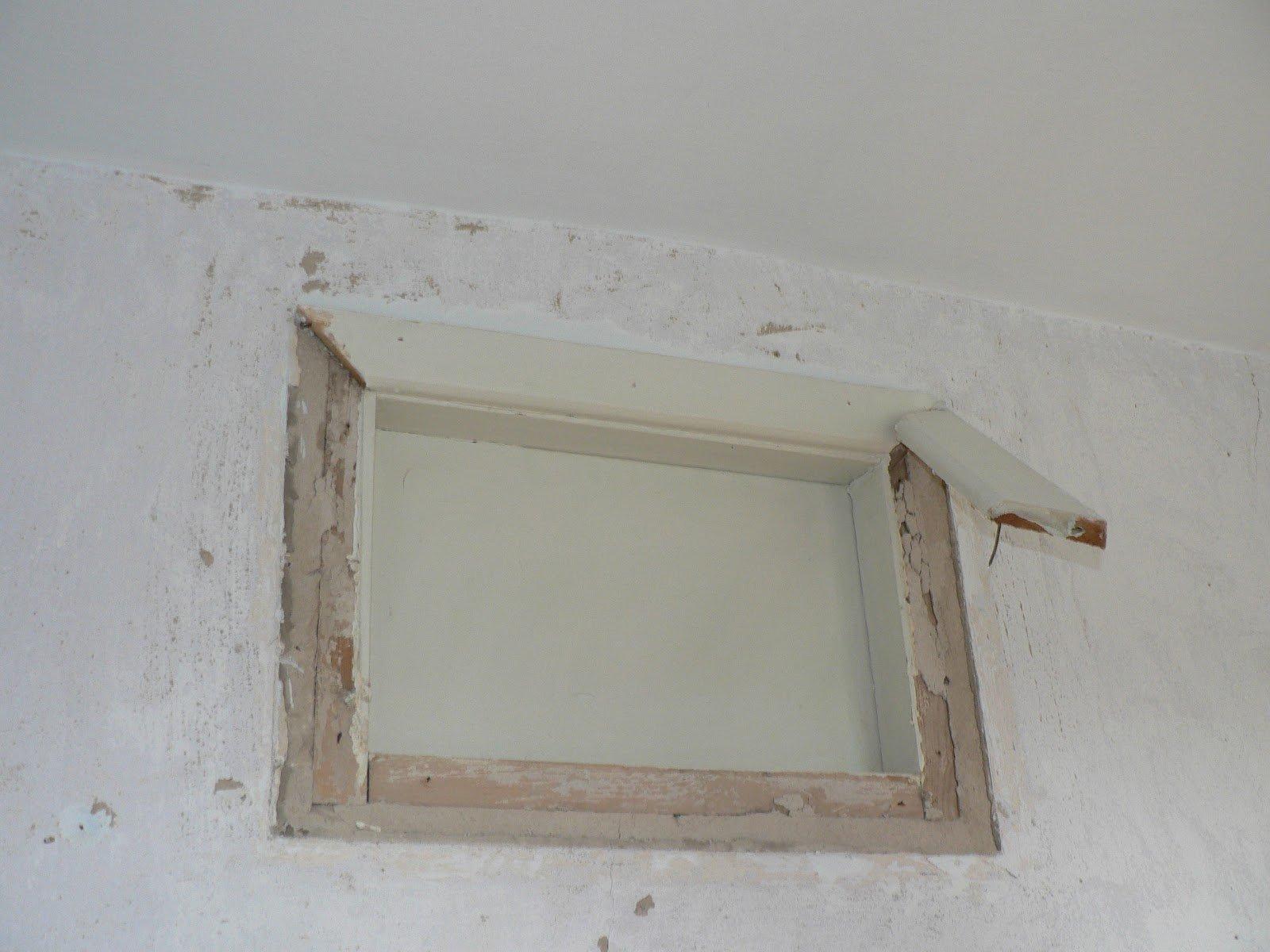 Один из этапов устранения окна — демонтаж наличников
