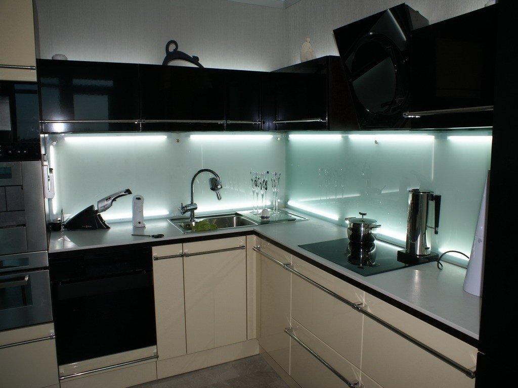 Стеклянные стеновые панели для кухни: преимущества и недостатки