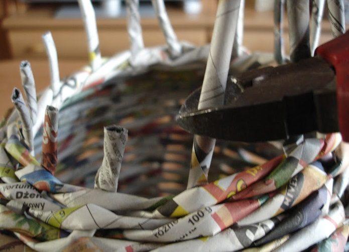 Оформление краев корзинки из газетных трубочек
