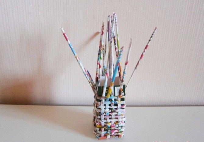 Плетение карандашницы из газетных трубочек
