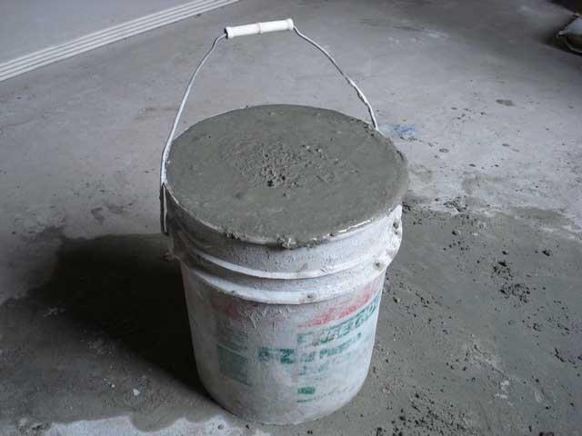 Ведро с цементно-песчаной смесью