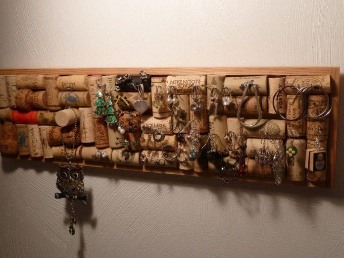 Вешалка для ключей из винных пробок