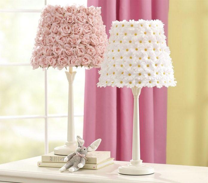 Лампы с абажурами из искусственных цветов