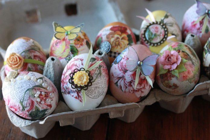 Яйца, оформленные в технике декупаж