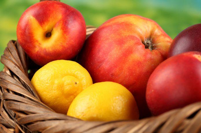 Яблоки и лимоны в корзинке